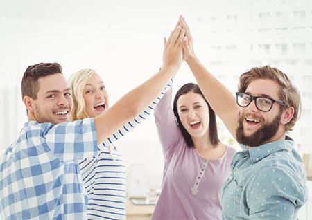 Personas felices con su relación de amistad