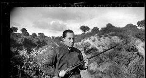 El fundador de Falange Española, José Antonio Primo de Rivera, con un arma en el campo