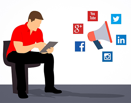 hombre trabajando con las redes sociales