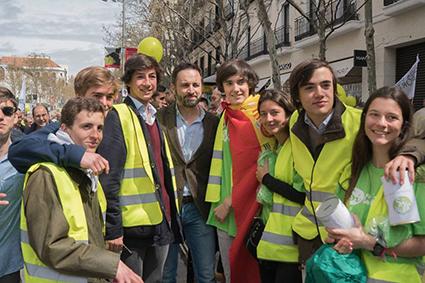 El Presidente de VOX, Santiago Abascal, junto a los organizadores de la marcha provida