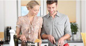 hombre y mujer cocinando en la cocina