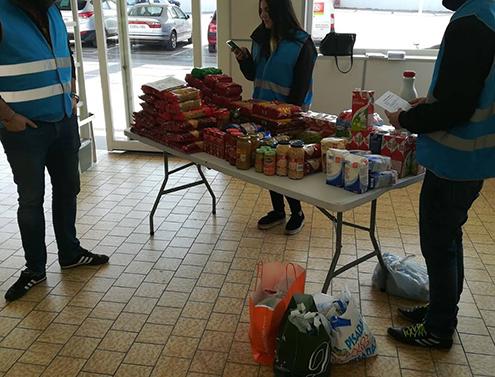 Miembros de Iberia Cruor en una recogida de alimentos para familias necesitadas