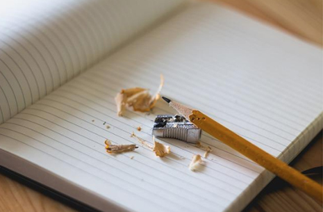 papel, lápiz y sacapuntas