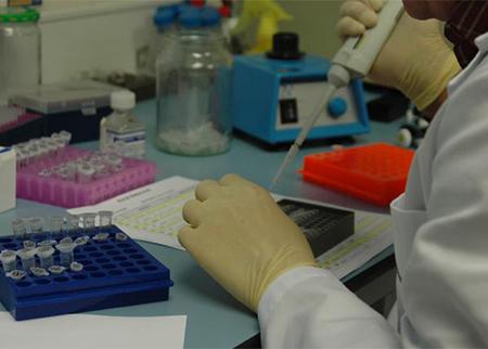 Cientifico trabajando en un laboratorio