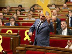 Carrizosa de Ciudadanos quitando lazos amarillos en el Parlament de Cataluña