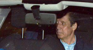 Eduardo Zaplana en un coche de la policía tras su detención