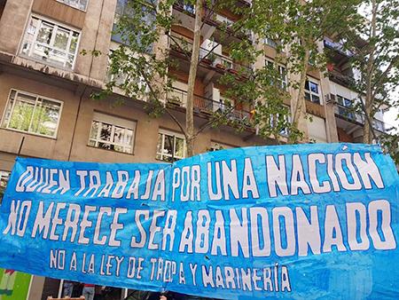 pancarta Hogar Social Madrid sobre la ley de tropa y marinería