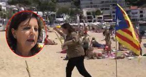 Maribel quitando cruces amarillas de los separatistas catalanes en la playa