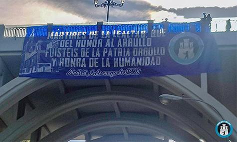 Pancarta de Hogar Social Madrid con motivo de la festividad del 2 de mayo