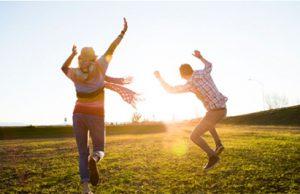 Pareja paseando en el campo y disfrutando del sol
