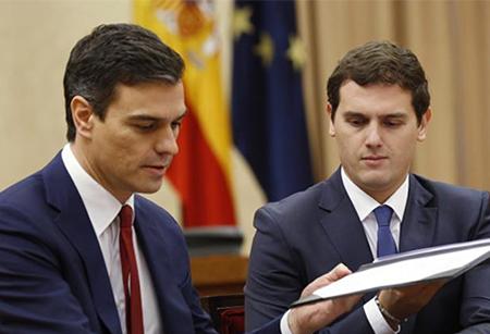 Pedro Sánchez y Alberto Rivera firmando su acuerdo político en el Congreso de los Diputados