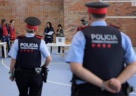 policía autonómica catalana durante el 1 de octubre en Cataluña