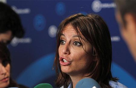 Andrea Levy del Partido Popular hablando a los medios de comunicación