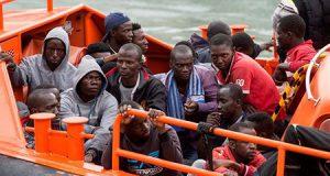Inmigrantes ilegales en el barco Aquarius entran en España