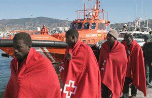 inmigrantes de un barco llegando a Andalucía