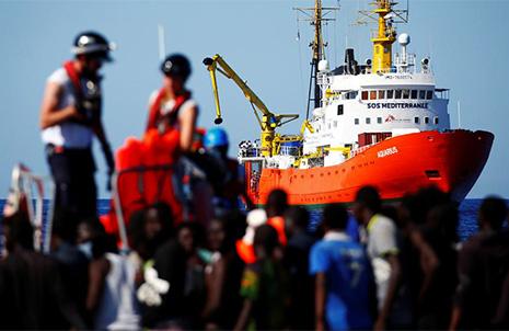 Los inmigrantes del barco Aquarius rumbo a España