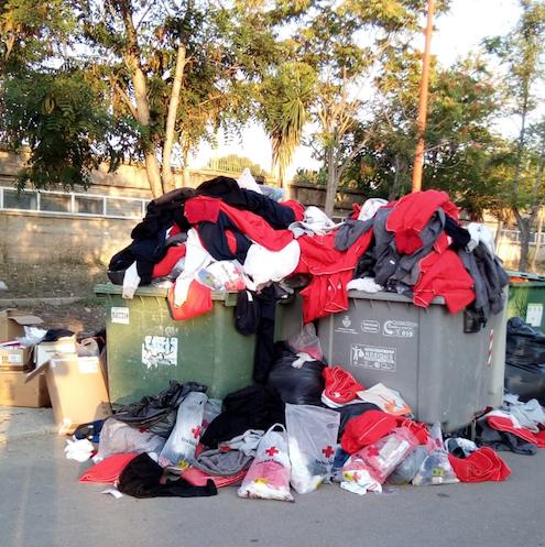Ropa en la basura tirada por los inmigrantes del Aquarius