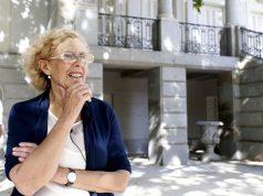 La alcaldesa de Madrid, Manuela Carmena, posa ante los medios de comunicación