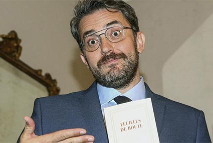 Maxim Huerta posa con un libro ante los medios de comunicación