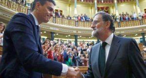 Pedro Sánchez elegido presidente saludando a Mariano Rajoy en el Congreso de los Diputados