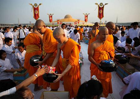 Budistas en uno de sus templos. la violencia, asesinato, drogas y sexo en los templos budistas