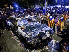 la violencia de los separatistas catalanes. Coche de la Guardia Civil destrozado por los separatistas