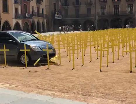un coche embiste las cruces amarillas de los separatistas en Vic