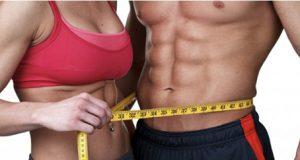 Cuerpo de un hombre y de una mujer cuidado del gimnasio