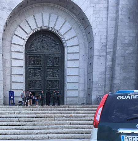 Patriotas saliendo con la Guardia Civil del Valle de los Caídos tras su encierro en la Basílica