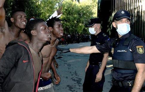 Inmigrantes violentos echan cal viva a los policías en Ceuta