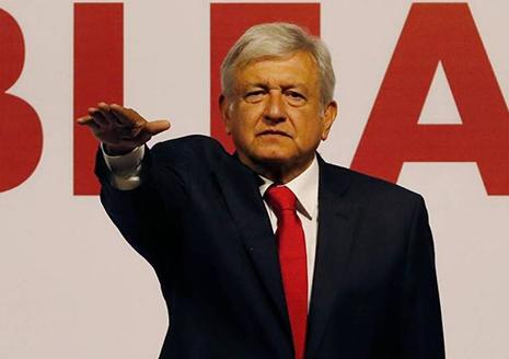López Obrador, presidente de Mexico, en un acto político brazo en alto