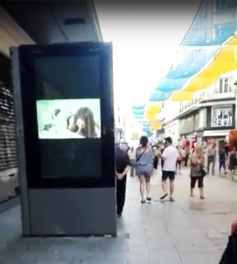 Manuela Carmena pone video porno en las calles de Madrid