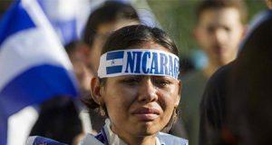 Mujer protesta contra la matanza comunista en Nicaragua