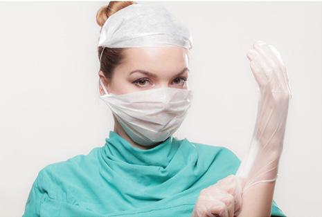 Mujer médico cirujano en el hospital. ¿como escoger un cirujano?