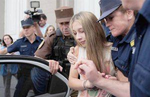 Nahir Galarza saliendo de los juzgados tras ser condenada