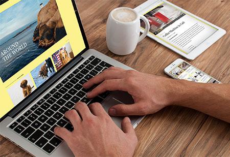 Un community manager trabajando con su ordenador