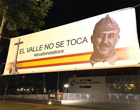Pancarta en defensa del Valle de los Caídos con la imagen de Francisco Franco