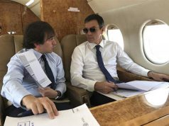 Pedro Sánchez en el avión presidencial con gafas de sol