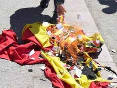 Bandera de España quemada por separatistas catalanes tras la agresión a un mujer