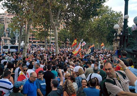Concentración en defensa de la mujer agredida por un separatista en Barcelona
