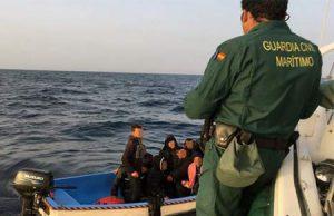 Guardia Civil e inmigrantes en costas españolas