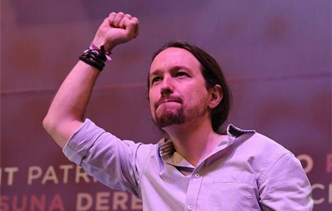 Pablo Iglesias en un acto político con los comunistas de Podemos con el puño cerrado