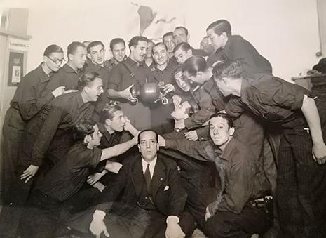 Alejandro Salazar junto a camaradas de Falange Española y el SEU