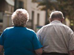 Dos ancianos camina por la calle tras ser desahuciados