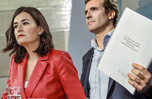 Pablo Casado y Carmen Monton hablando de sus Master ante los medios de comunicación