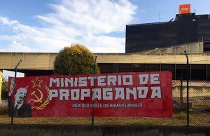 Pancarta de Hogar Social Madrid en la sede RTVE