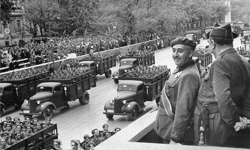 Francisco Franco en el desfile militar de la victoria