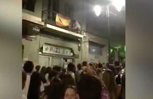 Jóvenes queman una bandera de España en Oviedo