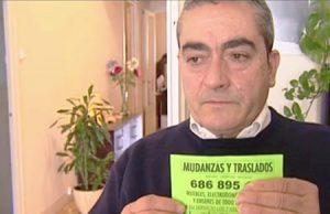 Hombre multado por el Ayuntamiento de Barcelona de Ada Colau por buscar trabajo en la calle