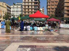 Musulmanes realizan un acto frente a iglesias católicas